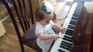 девочка 1.5 года играет на пианино