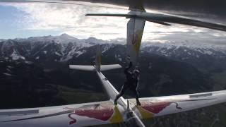 Скайдайвер ходит между планерами в полете