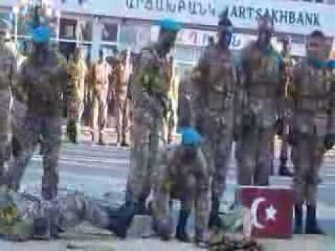 Ermeni Askerleri Gösteride Türk Ve Azeri Bayraklı Tuğla Kırdı