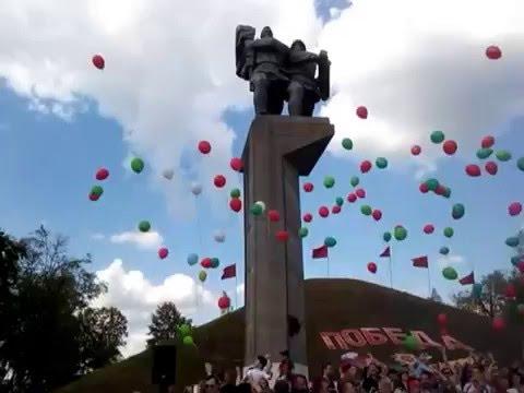 Шарики в небо запускают участники автопробега «Спасибо деду за победу»