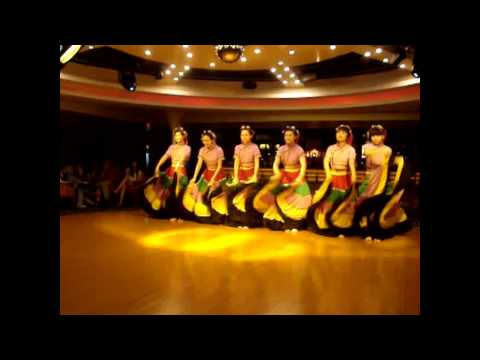 Beautiful Girls Dance Yangtze River Cruise - INTO CHINA TRAVEL