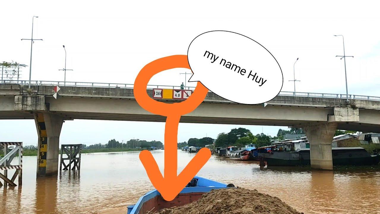 Phan Cummins vlog | shipper giao hàng ở trên cầu và show đống ve chai của phan Cummins.