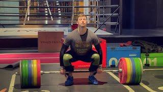 Он знает как лечить спину Веселый парень и мастер спорта по тяжелой атлетике Виктор Кондратьев
