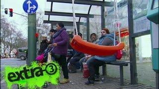 Realer Irrsinn: Schaukeln an Bushaltestellen