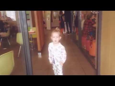 На детскую игровую площадку в Макдоналдс (McDonalds). Василиса играет на детской площадке.