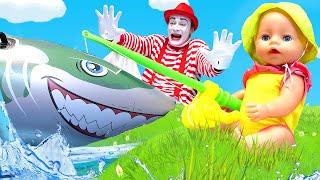 Смешное видео Кукла Беби Бон на рыбалке Акула в Бассейне Детские мультики с Baby Born