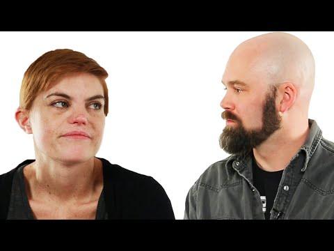 Casal divorciado olha suas fotos de casamento
