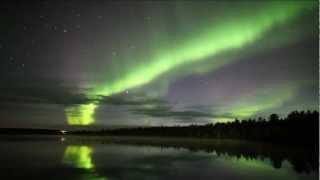 遅い夕暮れの明るさが残る秋の北極圏、フィンランド・イェリス湖。 北西...