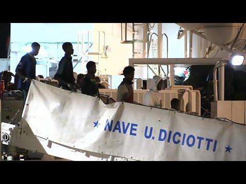 شاهد: جثث ومئات المهاجرين يصلون إيطاليا  - نشر قبل 22 ساعة