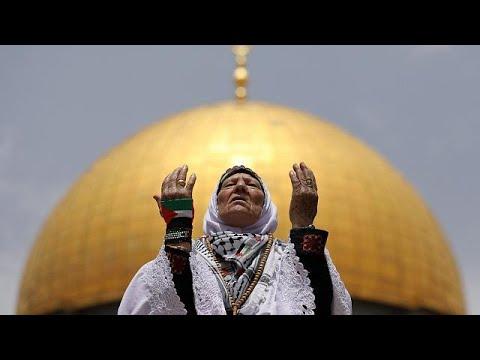 شاهد: حشود الفلسطينيين يؤدون صلاة الجمعة الثانية من رمضان في ثاني الحرمين الشريفين …  - نشر قبل 2 ساعة