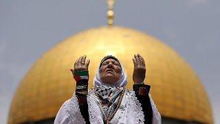 شاهد: حشود الفلسطينيين يؤدون صلاة الجمعة الثانية من رمضان في ثاني الحرمين الشريفين …