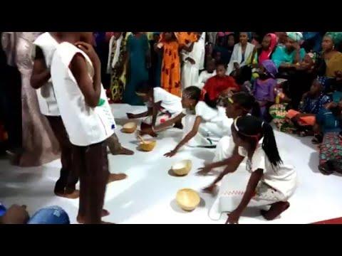 Kalli Rawar Gargajiya A Wajen Biki Hausa Dinner party By Mc Mal. Sharukhan thumbnail