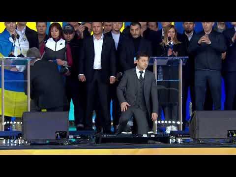 Зеленський та Порошенко стали на коліна перед українцями під час дебатів