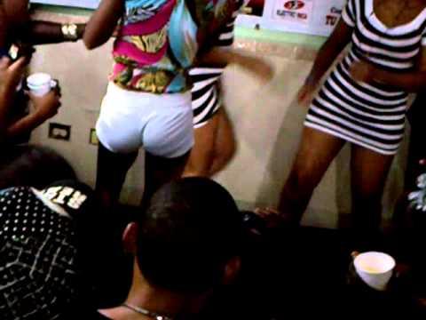 relax sexo chicas bailando moviendo el culo