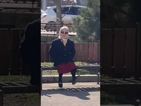 Веселая бабушка на лавочке машет ногами (Без тегов) Кис кис кис, ты котик, я котик