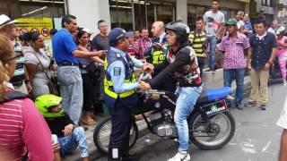 Así agreden a guardas de tránsito y violan las normas en Armenia www.periodismoinvestigativo.com.co