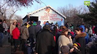 В Запорожье к домику Деда Мороза выстроилась огромная очередь