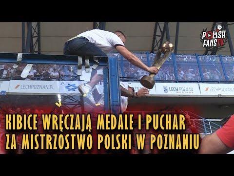 Kibice wręczają puchar i medale piłkarzom Legii za mistrzostwo Polski w Poznaniu (20.05.2018 r.)