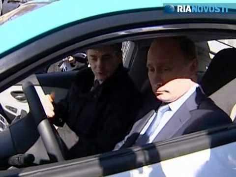 Putin test-drives Yo-mobile to Medvedev's residence