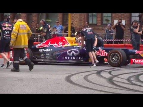 DANIEL RICCIARDO Red Bull RB7 V8 wakes Perth streets