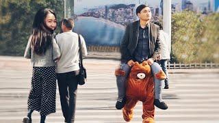 中国小伙街头散步,路人为什么用奇怪的眼神盯着他?!(趣味社会实验)