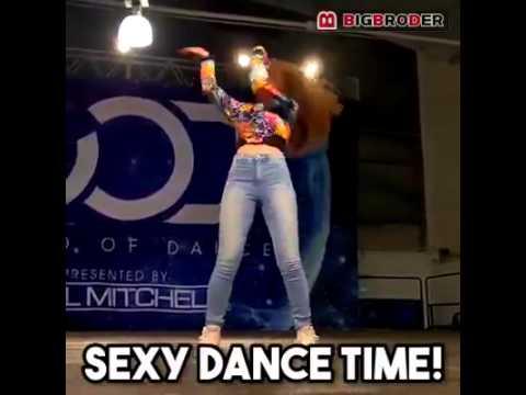 Sorprendente mujer baila como un robot