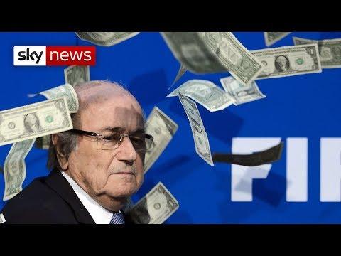 INSÓLITO: Comediante Invade Conferência Da FIFA E Atira Dinheiro A Sepp Blatter
