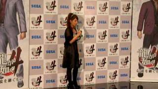 http://jin115.com/ 「龍が如く4」に出演する矢口さん囲み取材の様子です.