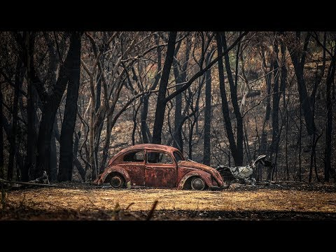 video: Australian bushfires: Firefighter dies and people trapped by 'very intense' blazes as every state hits 40C