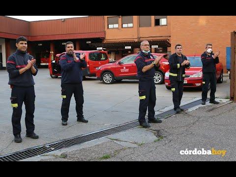 Las grúas rinden un emotivo homenaje a los bomberos en tiempo de coronavirus