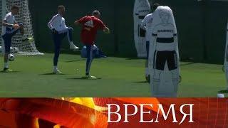Сборная России на подмосковной базе активно готовится к предстоящему матчу с Уругваем.