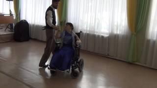 Анжела учится на электроколяске танцевать