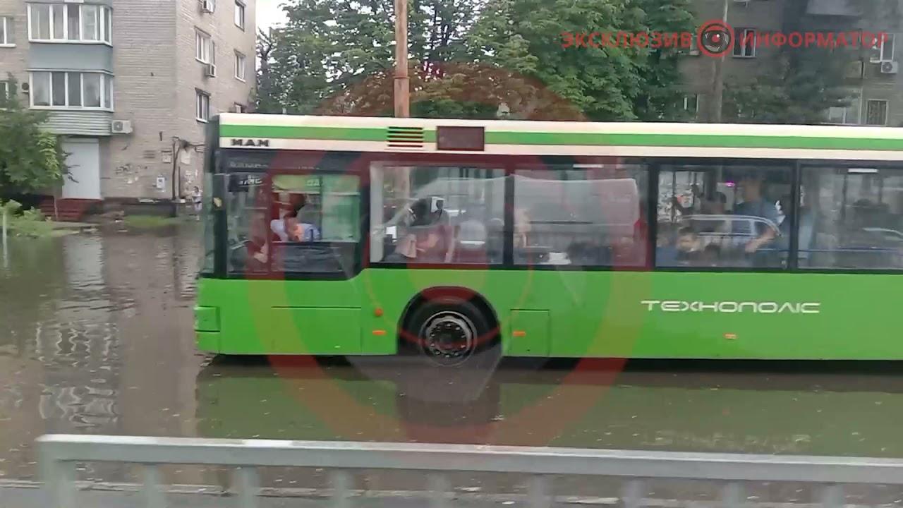 На Слобожанском проспекте из-за луж остановились автомобили