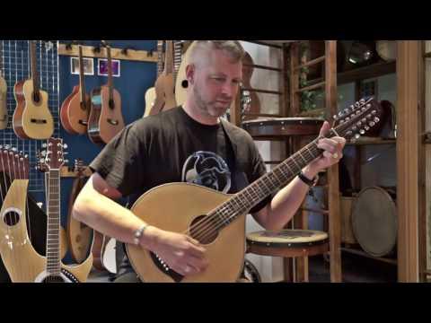 Ducky von Schandmaul auf der 12 saitigen Gitarrencister