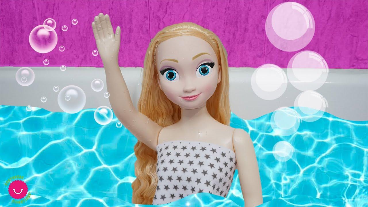 Elsa se prepara para ir a la escuela pero ¡no quiere bañarse!