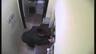 Мошенник обманывает кассира и крадёт деньги