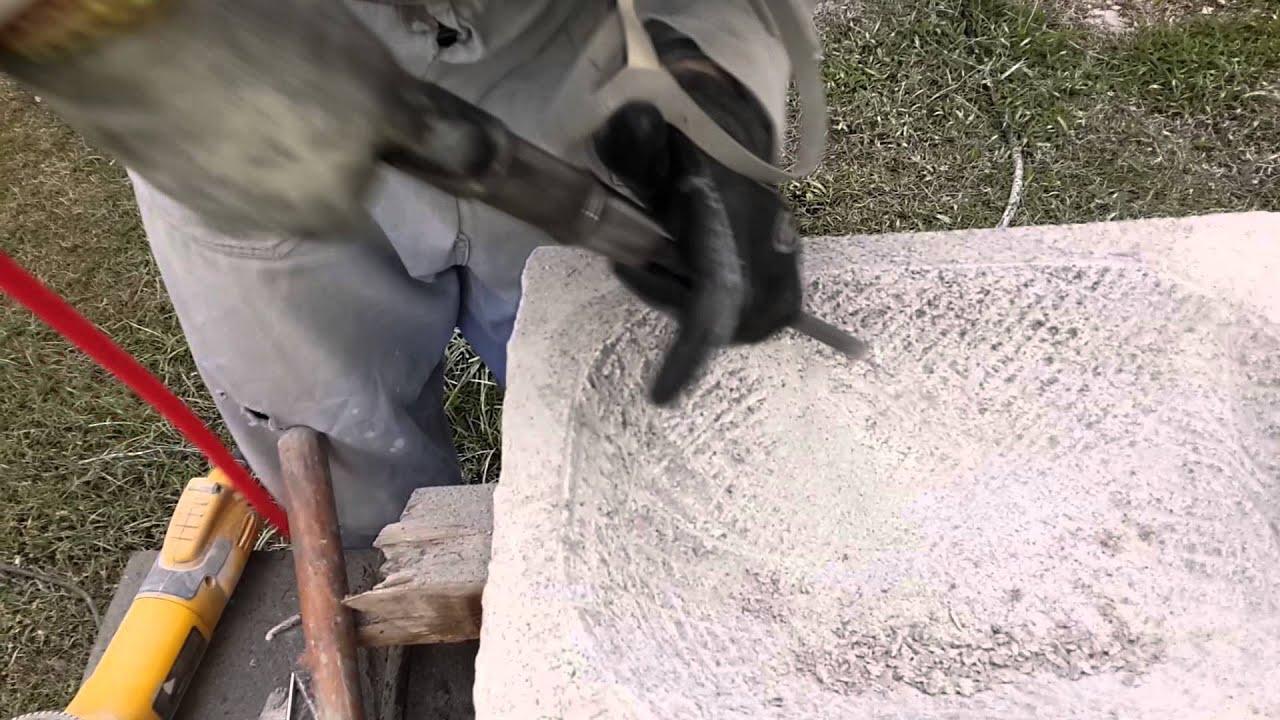 tallando granito