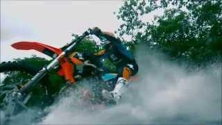 Reconocido acróbata consigue surfear las olas de Tahití en su motocicleta