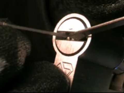 Crocheter une serrure lock picking fabriquer ses outi - Comment ouvrir une porte fermee a cle avec un trombone ...