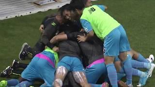 敵陣でボールを奪った味方選手のお膳立てから相手GKと1対1になった福田 ...