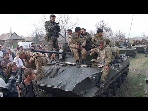 Multitud y milicias prorrusas humillan a tropas ucranianas cerca de Slovyansk