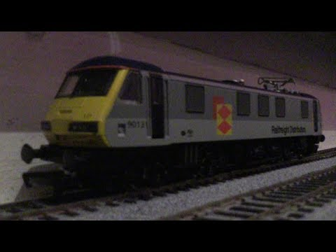 Hornby R270 Class 90 Electric Locomotive 90131 Railfreight Distribution (OO Gauge) Review HD