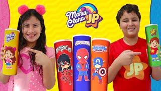 Maria Clara e JP comem frutas e verduras e viram super-heróis - Pretend play as with magic chips