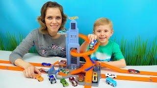 Небоскрёб Хот Вилс и машинки для детей. Даник и мама играют с треком HOT WHEELS Skyscraper Spiral