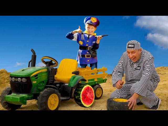 Лёва полицейский ловит воришку с колёсами от трактора.