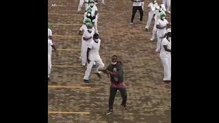 肯尼亚医护人员跳尊巴舞减轻疫情带来的焦虑