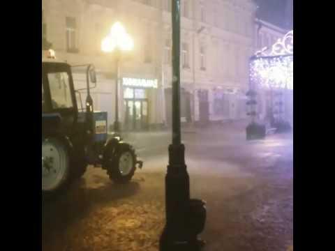 Московские коммунальщики поливают улицу после шторма