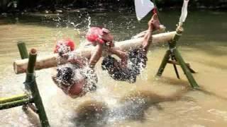 NGAKAK!! Lomba 17-an Gebuk-Gebukan Bantal di Atas Kolam