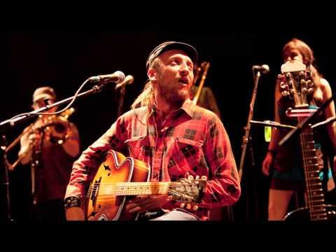 Bernard Adamus - Hola les lolos ( Paroles ) ( Lyrics )