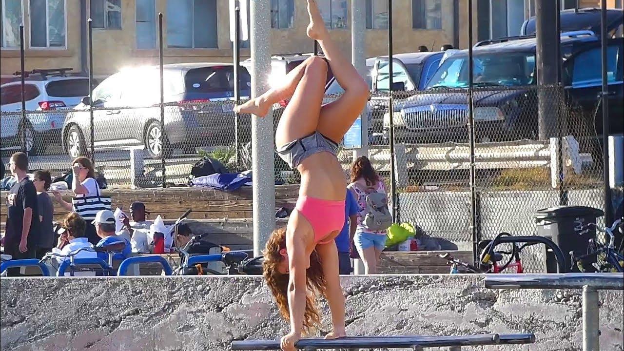 Яка мацка тренира на плажа в Санта Моника